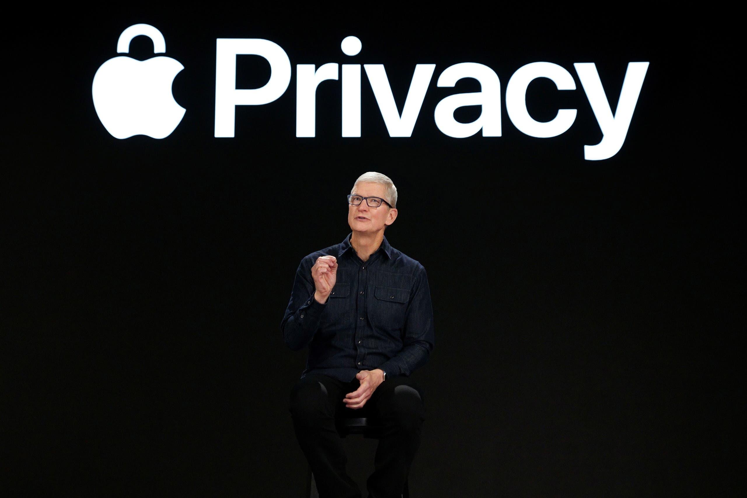 تيم كوك يتحدث خلال المؤتمر أمس عن إجراءات الخصوصية الجديدة